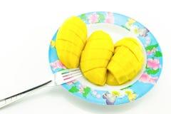 Κίτρινες φέτες μάγκο που τοποθετούνται σε ένα πιάτο, άσπρο υπόβαθρο Στοκ Εικόνες