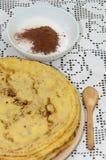 Κίτρινες φρέσκες τηγανίτες που εξυπηρετούνται στο πιάτο με τη ζάχαρη κακάου Στοκ εικόνα με δικαίωμα ελεύθερης χρήσης