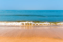 Κίτρινη άμμος και όμορφη θάλασσα Στοκ Φωτογραφίες