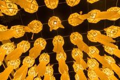 Κίτρινη άποψη φαναριών πυρκαγιάς από κάτω από στο φεστιβάλ φαναριών στοκ εικόνες