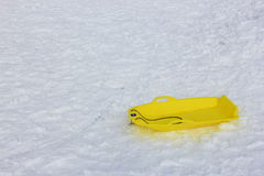 Κίτρινη άδεια ελκήθρων στο χιόνι, χιονοδρομικό κέντρο Στοκ εικόνες με δικαίωμα ελεύθερης χρήσης