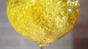 Κίτρινη έκχυση κρασιού στο γυαλί στη σε αργή κίνηση κοντινή απόσταση απόθεμα βίντεο