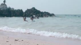 Κίτρινη αμμώδης παραλία που πλένεται από τα ωκεάνια αφρίζοντας κύματα στους τροπικούς κύκλους φιλμ μικρού μήκους