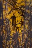 Κίτρινη αποφλοίωση χρωμάτων από ένα μεταλλικό πιάτο, υπόβαθρο Στοκ εικόνα με δικαίωμα ελεύθερης χρήσης