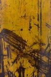 Κίτρινη αποφλοίωση χρωμάτων από ένα μεταλλικό πιάτο, υπόβαθρο Στοκ εικόνες με δικαίωμα ελεύθερης χρήσης