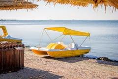 Κίτρινη βάρκα καταμαράν πενταλιών Στοκ εικόνες με δικαίωμα ελεύθερης χρήσης