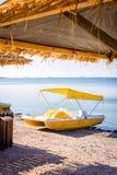 Κίτρινη βάρκα καταμαράν πενταλιών Στοκ εικόνα με δικαίωμα ελεύθερης χρήσης
