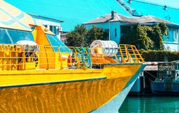 Κίτρινη βάρκα κοντά στα σπίτια στη νότια πόλη Στοκ φωτογραφία με δικαίωμα ελεύθερης χρήσης