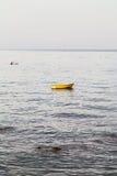Κίτρινη βάρκα κοντά στην προκυμαία σε Giardini Νάξος Στοκ Φωτογραφίες