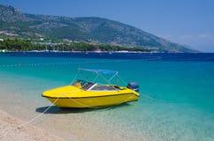 Κίτρινη βάρκα κοντά στον αρουραίο Zlatni ακρωτηρίων του νησιού Brac, αδριατική θάλασσα, Γ στοκ εικόνες