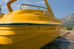 Κίτρινη βάρκα μηχανών στην παραλία Στοκ εικόνες με δικαίωμα ελεύθερης χρήσης