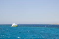 Κίτρινη βάρκα στη θάλασσα Στοκ Εικόνα