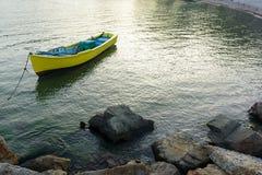 Κίτρινη βάρκα στη θάλασσα Στοκ φωτογραφίες με δικαίωμα ελεύθερης χρήσης