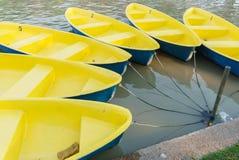 Κίτρινη βάρκα στο πάρκο κήπων στοκ εικόνες με δικαίωμα ελεύθερης χρήσης