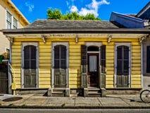 Κίτρινη γαλλική συνοικία Νέα Ορλεάνη σπιτιών κυνηγετικών όπλων Στοκ φωτογραφίες με δικαίωμα ελεύθερης χρήσης