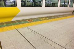 Κίτρινη γραμμή ασφάλειας στη διαδρομή πατωμάτων Στοκ εικόνα με δικαίωμα ελεύθερης χρήσης