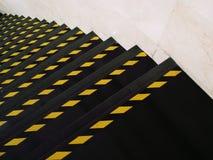 Κίτρινη γραμμή στο μαύρο βήμα Στοκ φωτογραφία με δικαίωμα ελεύθερης χρήσης