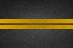 Κίτρινη γραμμή στο δρόμο στοκ εικόνα με δικαίωμα ελεύθερης χρήσης