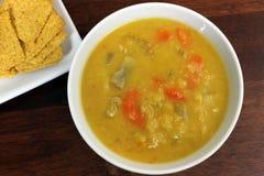 Κίτρινη διασπασμένη μπιζελιών Vegan σούπα χορτοφάγων/με τις κροτίδες στοκ εικόνες