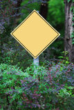 Κίτρινη ετικέτα στο δάσος Στοκ εικόνες με δικαίωμα ελεύθερης χρήσης