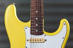 Κίτρινη ηλεκτρική κιθάρα κιγκλιδωμάτων συνήθειας στοκ φωτογραφία με δικαίωμα ελεύθερης χρήσης