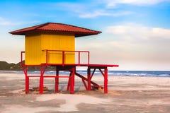Κίτρινη ηλιόλουστη παραλία καμπινών Saveguard Στοκ Εικόνα
