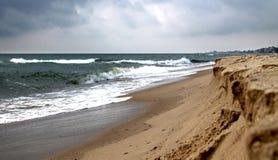 Κίτρινη θερμή θάλασσα άμμου και καλοκαιριού με τον ουρανό Στοκ εικόνα με δικαίωμα ελεύθερης χρήσης