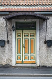 Κίτρινη και πράσινη πόρτα σε Parnu στοκ εικόνες