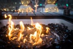 Κίτρινη καμμένος φλόγα στο κοίλωμα πυρκαγιάς γυαλιού στοκ φωτογραφία
