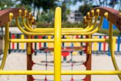 Κίτρινη κατασκευή στην παιδική χαρά στοκ φωτογραφία
