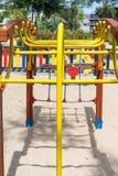 Κίτρινη κατασκευή φραγμών στην παιδική χαρά στοκ φωτογραφία με δικαίωμα ελεύθερης χρήσης