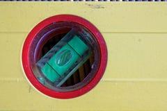 Κίτρινη κινηματογράφηση σε πρώτο πλάνο εργαλείων επιπέδων πνευμάτων στον κόκκινο κύκλο, για το βιομηχανική υπόβαθρο ή τη σύσταση Στοκ Εικόνες