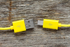 Κίτρινη κινηματογράφηση σε πρώτο πλάνο καλωδίων USB Στοκ φωτογραφία με δικαίωμα ελεύθερης χρήσης