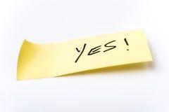 Κίτρινη κολλώδης σημείωση που λέει ναι Στοκ φωτογραφία με δικαίωμα ελεύθερης χρήσης