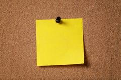 Κίτρινη κολλώδης σημείωση υπενθυμίσεων για τον πίνακα φελλού Στοκ εικόνες με δικαίωμα ελεύθερης χρήσης