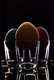 Κίτρινη, κόκκινη και πράσινη μακροεντολή κινηματογραφήσεων σε πρώτο πλάνο αυγών Πάσχας στο γυαλί glasse Στοκ Φωτογραφίες