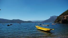 Κίτρινη λίμνη στη λίμνη Lugu στοκ εικόνες