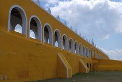 Κίτρινη μονή μοναστηριών πόλεων εκκλησιών του Μεξικού Yucatan Izamal Στοκ φωτογραφία με δικαίωμα ελεύθερης χρήσης