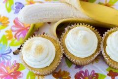 Κίτρινη μπανάνα εναντίον του κίτρινου cupcake Στοκ φωτογραφία με δικαίωμα ελεύθερης χρήσης