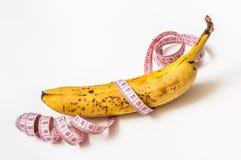 Κίτρινη μπανάνα με τη μέτρηση της ταινίας - έννοια διατροφής στοκ φωτογραφίες