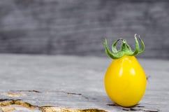 Κίτρινη ντομάτα κερασιών στο ξύλινο υπόβαθρο Στοκ εικόνες με δικαίωμα ελεύθερης χρήσης