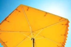 Κίτρινη ομπρέλα από τον ήλιο Στοκ Εικόνες
