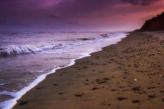 Κίτρινη παραλία άμμου κοντά στην μπλε όμορφη θάλασσα Στοκ φωτογραφία με δικαίωμα ελεύθερης χρήσης