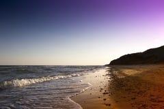 Κίτρινη παραλία άμμου κοντά στην μπλε όμορφη θάλασσα Στοκ Φωτογραφίες