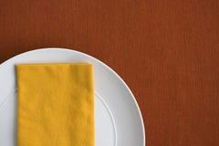 Κίτρινη & πορτοκαλιά επιτραπέζια ρύθμιση Στοκ εικόνα με δικαίωμα ελεύθερης χρήσης