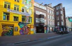 Κίτρινη πρόσοψη snakehouse με τα ζωηρόχρωμα γκράφιτι Στοκ φωτογραφία με δικαίωμα ελεύθερης χρήσης