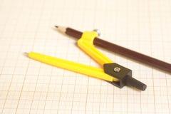 Κίτρινη πυξίδα σχεδίων σε χαρτί γραφικών παραστάσεων Στοκ φωτογραφίες με δικαίωμα ελεύθερης χρήσης