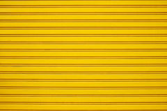 Κίτρινη πόρτα παραθυρόφυλλων κυλίνδρων χάλυβα Στοκ εικόνα με δικαίωμα ελεύθερης χρήσης