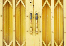 Κίτρινη πόρτα χάλυβα Στοκ εικόνα με δικαίωμα ελεύθερης χρήσης
