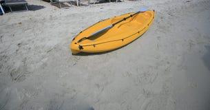 Κίτρινη πλαστική βάρκα στην παραλία Στοκ φωτογραφίες με δικαίωμα ελεύθερης χρήσης